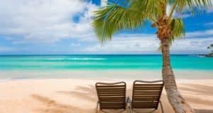 Sommerferie, sol og strand billeder af en strand, med 2 strandstole, Flot hav oversigt.