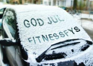Billede af bilrude med sne, med teksten GOD JUL FITNESSFYS.